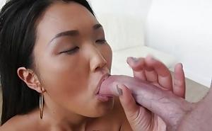 Sexo oral con una linda asiática