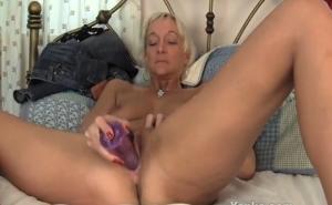 Madura caliente masturbándose con un gran dildo