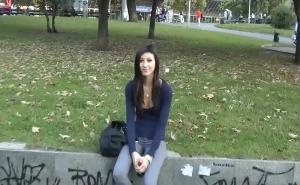 Queda con una jovencita para follar en el parque