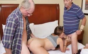 Dos jubilados follan duro con una jovencita puta