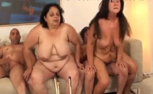 Orgía casera con dos maduras gorditas