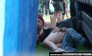 Pareja borracha en un concierto