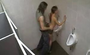 Cámara de seguridad graba a una pareja follando en el baño