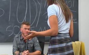 Se queda a solas con su profesor por ser una mala estudiante