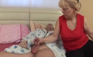 La zorra de mi suegra me despierta con una mamada