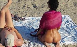 Señoras anónimas desnudas en playas nudistas