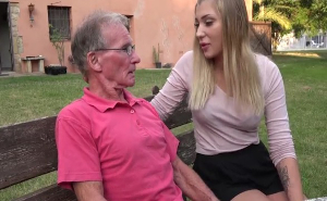 Soy tan zorra que no me importó follar con mi viejo abuelo