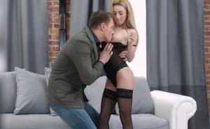 Sorprende a su marido vestida con lencería negra sensual