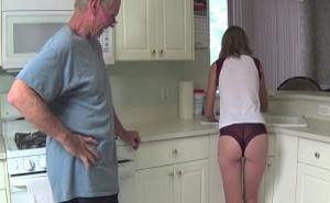A mi abuelo se le pone dura al verme en bragas en la cocina