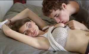 Se aprovecha de su mejor amiga mientras está dormida