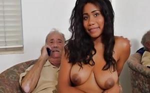 Viejo jubilado contrata los servicios de una negra muy puta