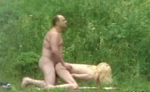 Graba escondido a una pareja madura follando en el bosque