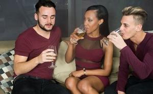 Llama por teléfono a dos amigos y los invita a un trío interracial