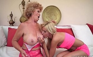 Orgasmo lésbico entre una abuela cachonda y su nieta