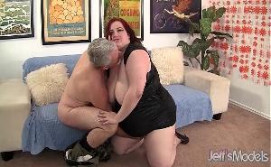 Pelirroja muy gorda disfruta follando con un viejo verde
