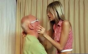 Mi abuelito me compra todos los caprichos a cambio de sexo