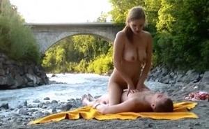 Un mirón pilla a una parejita follando a orillas del río