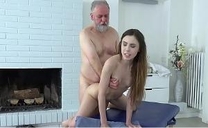 Mi abuelo vino a casa en busca de un masaje con final feliz