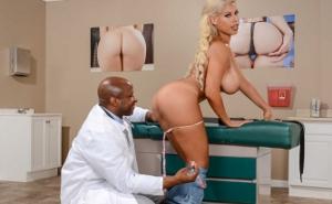 El doctor le mete una inyección anal a una rubia tetona
