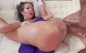 El sexo anal más duro le provoca orgasmos muy intensos