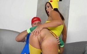 Tiene la suerte de atrapar a una Pikachu nalgona en la calle