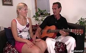 Sabe conquistar a chicas jovencitas tocando la guitarra