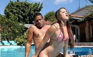 Brasileña caliente cabalga polla al aire libre en la piscina
