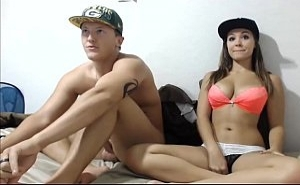 Se ganan la vida regalando sus coitos amateur por webcam