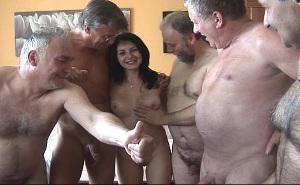 Acepta follar con seis viejos a la vez a cambio de dinero