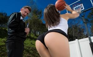 Tras un poco de basket tiene sexo anal con su entrenador