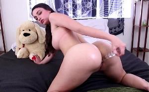 Espectacular morena se masturba el culo con su juguete favorito