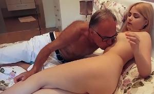 Mi hijatra se mete en mi cama media desnuda buscando polla
