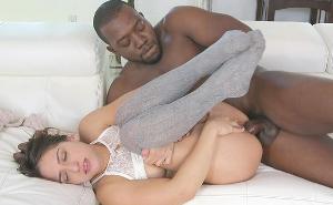 No puede disimular el gran placer que le provoca este negro