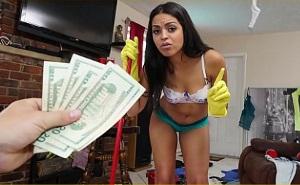 Le da dinero extra a su sirvienta para que limpie desnuda