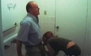 Una estudiante le hace una mamada a su profesor en el baño