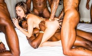 Discute con su novio y acaba follando con varios negros