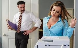 Intimando con un nuevo compañero de trabajo en la oficina