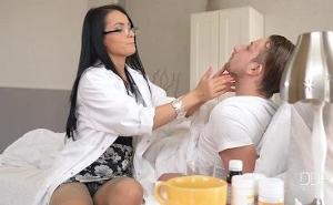 La sexy doctora le quita la gripe con un buen coito