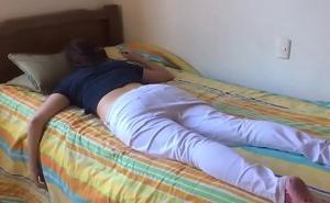 Se mete en la cama de su hermana borracha mientras duerme