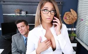 El jefe pilló a su secretaria cachonda haciendo cibersexo