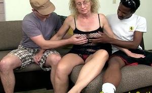 Cincuentona disfrutando de su primer trío