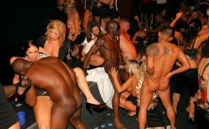 Follando con chicas borrachas en medio de la discoteca