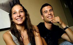 El estreno delante de una cámara de una joven pareja española