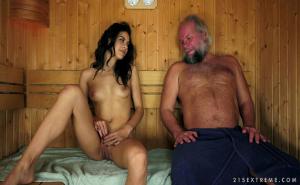 La española Carolina Abril comparte sauna con un viejo