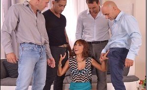 Pija pelirroja tiene sexo duro con cuatro buenos amigos