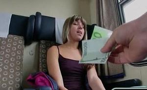Gina Gerson folla con un desconocido en el tren por dinero