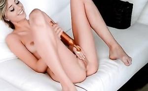 Rubia exhibicionista se mete su puño entero por el coño