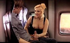 Le hace una mamada a su novio en el avión para relajarlo