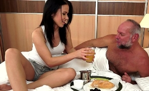 Le lleva el desayuno a la cama a su padre por su cumpleaños