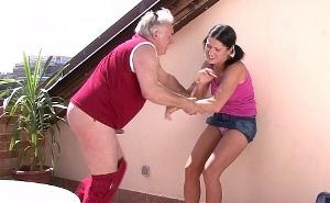 Abuelo muy salido se aprovecha de su inocente nieta